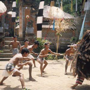 COLLECTIE_TROPENMUSEUM_Krisdansers_met_Rangda_tijdens_een_Barong_dansvoorstelling_TMnr_20018470